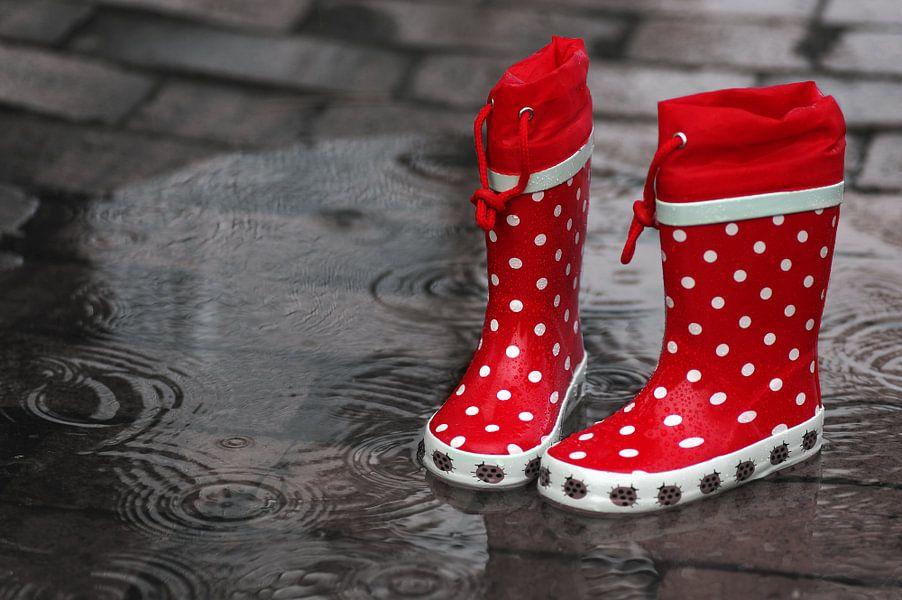 Sprong in de regen plassen in het grote plezier in de kinderkamer