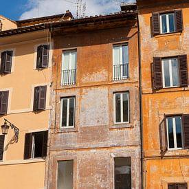 Een mooi straatbeeld van de oude oranje huizen in Rome, Italië   Reisfotografie van Diana van Neck Photography