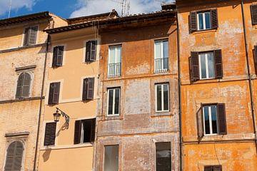 Eine schöne Straßenansicht der alten Orangenhäuser in Rom, Italien   Reisefotografie von Diana van Neck Photography