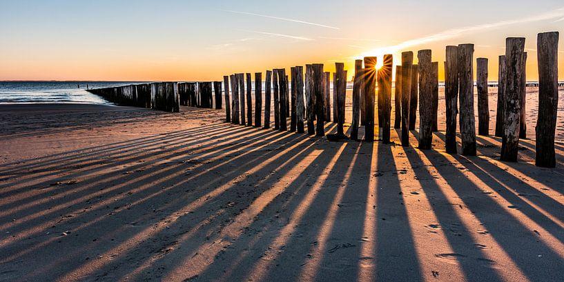 Sonnenuntergang zwischen den Breakwaters Strand Dishoek von Jan Poppe