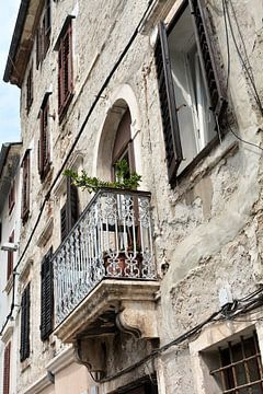 Gevel van een oud huis in de historische idyllische oude stad van Pula