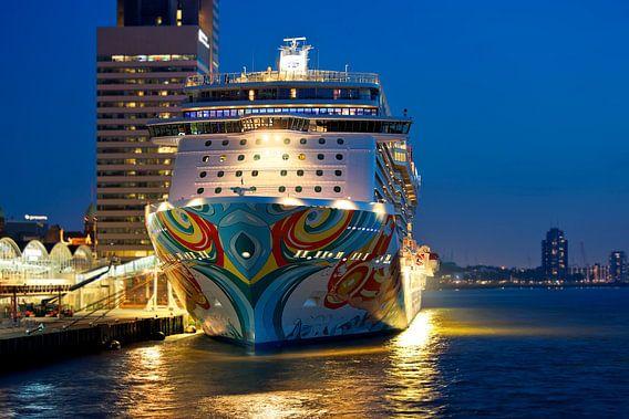 Cruiseschip van voren gezien te Rotterdam