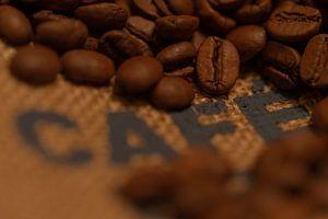Gebranden koffiebonen op een jute zak