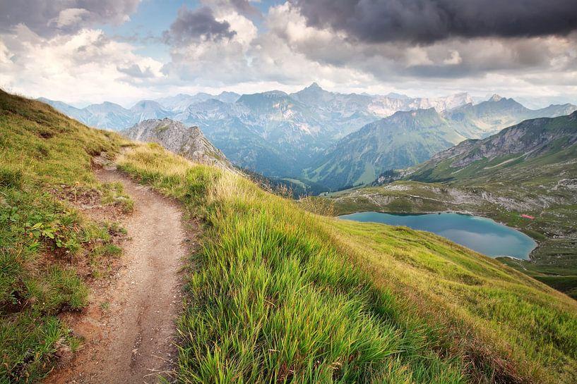 hiking path over lake high in mountains  van Olha Rohulya