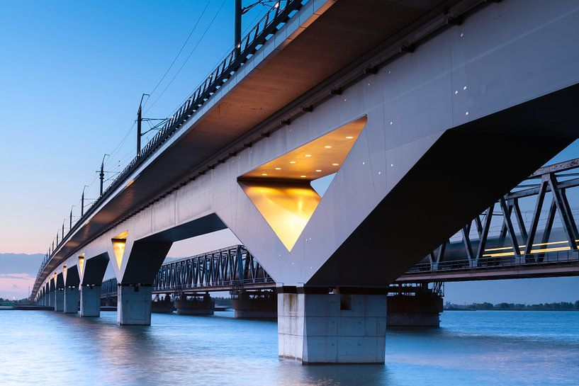 spoorbruggen hollandsch diep - moerdijkbruggen van Eugene Winthagen