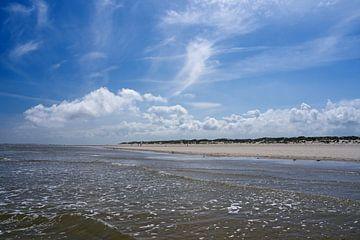 Baltrum strand met zee en wolken van Anja B. Schäfer