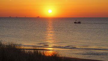 Boot op zee bij zonsondergang van Dirk van Egmond