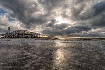Dicke Wolken über der Strandbar 54 Grad Nord von Annett Mirsberger