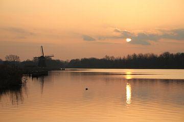 Zonsondergang bij de Rottemeren met molen silhouette