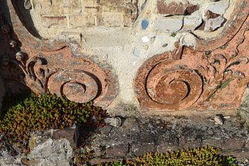 Rostiges Ornament in der Gartenmauer der Villa Augustus von Nicolette Vermeulen