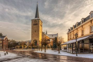 Zonsopkomst boven de Sint Remigiuskerk in Simpelveld van John Kreukniet