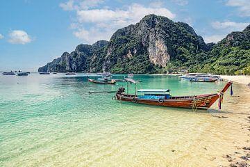 Boot en natuur op Phi Phi eiland in Thailand van Bernd Hartner