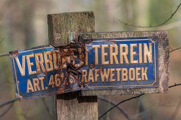 Oude verweerd bordje verboden toegang in Nederlandse taal op een paal van Tonko Oosterink