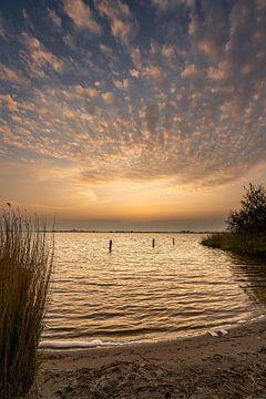 Un beau ciel nuageux au bord d'un lac sur Ron ter Burg