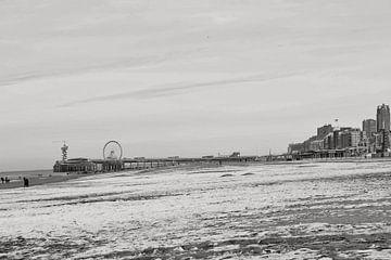 Scheveningen Strand im Winter schwarz und weiß von Consala van  der Griend