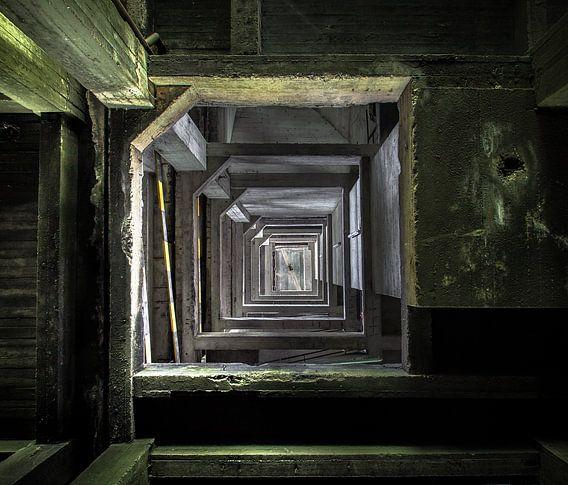 Etages in een  verlaten munitiefabriek