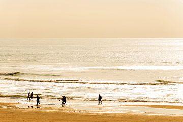 Noordzeekust in een Gele gloed bij ondergaande zon. van
