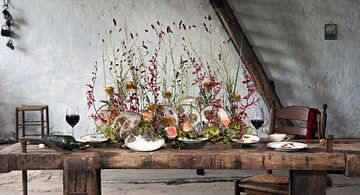 Tafel decoratie in oude schuur. van Marion Lemmen