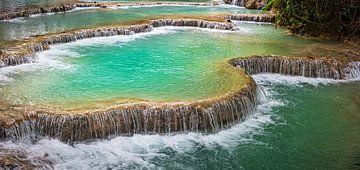 Waterplateaus in de Kuang Si waterval, Laos van Rietje Bulthuis