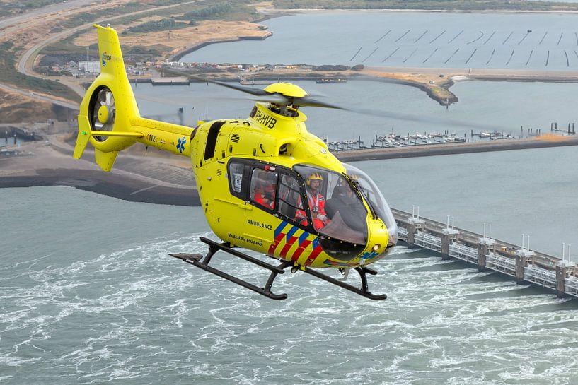 Traumahelikopter boven de Oosterscheldekering van Jimmy van Drunen