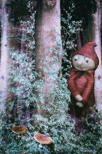 Een kleine man staat in het bos .....