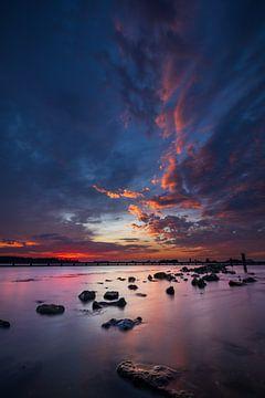 Magisch kleurenspel boven het water van StephanvdLinde
