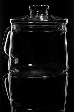 glaswerk op zwart, theepot van Frank Janssen
