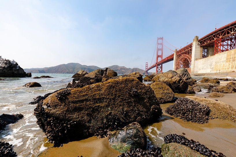 Gold Gate Bridge Rocks 2 - San Francisco van Remco Bosshard