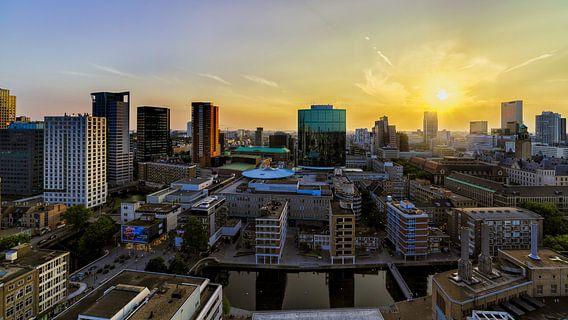 Rotterdam bij zonsondergang van Roy Poots