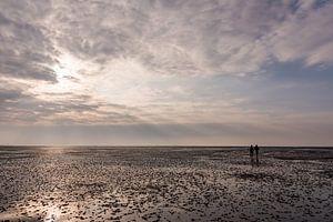 Twee wandelaars op het wad bij Schiermonnikoog