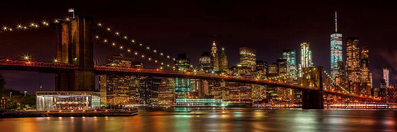 SKYLINE van MANHATTAN EN de BROOKLYN BRIDGE Idyllische night view van Melanie Viola