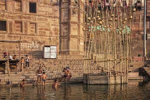 mensen bezoeken Ganges rivier ghat in Varanasi, India van