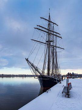 Zeilschip in de stadshaven van Rostock in de winter van Rico Ködder
