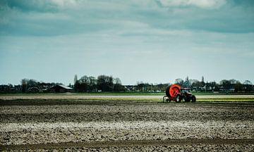 Een boer oogst het veld van Photography by Naomi.K