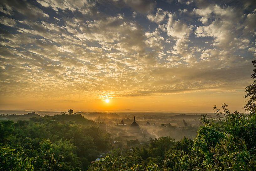 Zonsondergang boven de vele tempels van Mrauk U, Myanmar van Annemarie Arensen