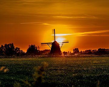 Holländische Windmühle in einer Sonnenuntergangslandschaft von Jan Hermsen