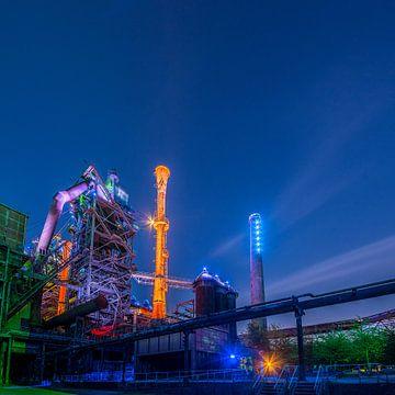 Verlichte fabriek in de avond van