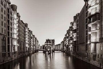 Speicherstadt met de waterburcht in Hamburg / zwart-wit van Werner Dieterich