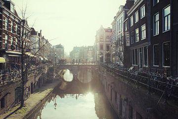 Straatfotografie in Utrecht. Nostalgisch beeld van De Gaardbrug in Utrecht gezien vanaf de Kalisbrug van De Utrechtse Grachten