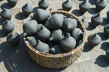 Mand en keramiekBhaktapur, Nepal: Pottenbakkersplein. Mand met traditionele Nepalese keramiek. Schep van Michael Semenov