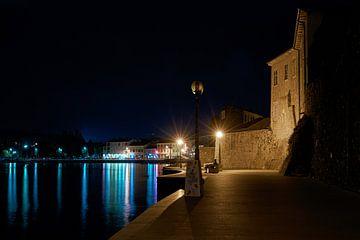 Waterpromenade van de historische stad Porec aan de kust van de Adriatische Zee in Kroatië bij nacht