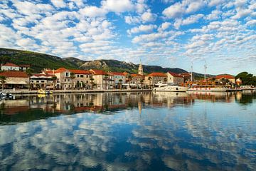 Panorama Stadt Jelsa auf der Insel Hvar in Kroatien morgens