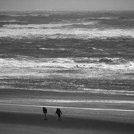 2 personnes sur la plage dans le vent sur Martijn Tilroe