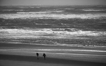 2 mensen op het strand in de wind