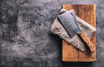 12477960 Vintage slagersmes op rustieke achtergrond van BeeldigBeeld Food & Lifestyle