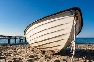 Ein Fischerboot am Strand der Ostsee