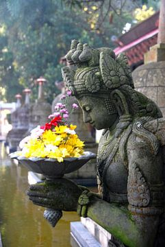 Praying sculpture Indonesia van Irene Colen
