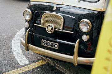 Schöne Front eines restaurierten Fiat 600 Multipla aus den 50er Jahren. von Xander Verweij