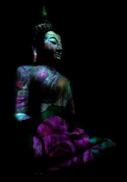 Zittende Buddha in fel roze en groen met roos van