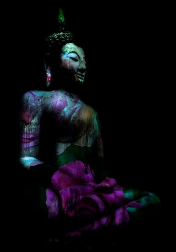 Zittende Buddha in fel roze en groen met roos